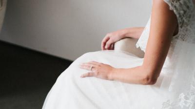 Alianzas de boda en oro negro blog de clem ncia peris for En que mano se usa el anillo de compromiso