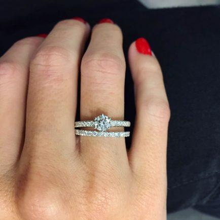 alianza de diamantes o solitario de compromiso