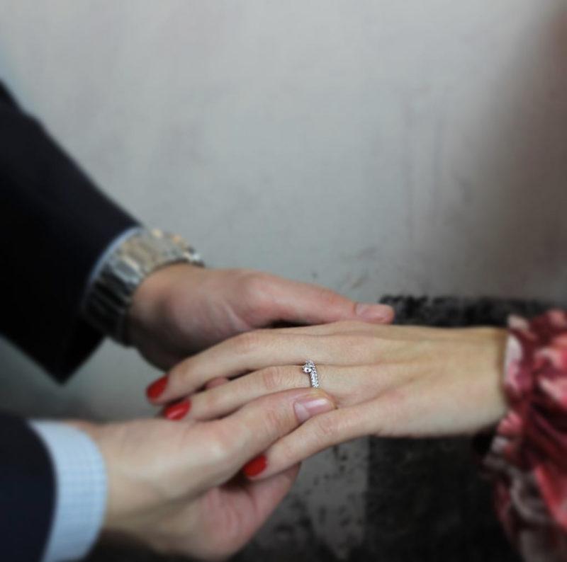Cómo medir el dedo para anillo de compromiso