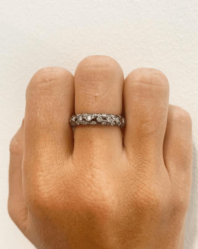 anillo de compromiso de oro negro