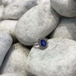 solitario con zafiro azul
