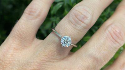 ¿Qué diferencia hay entre limpiar o pulir un anillo de compromiso?
