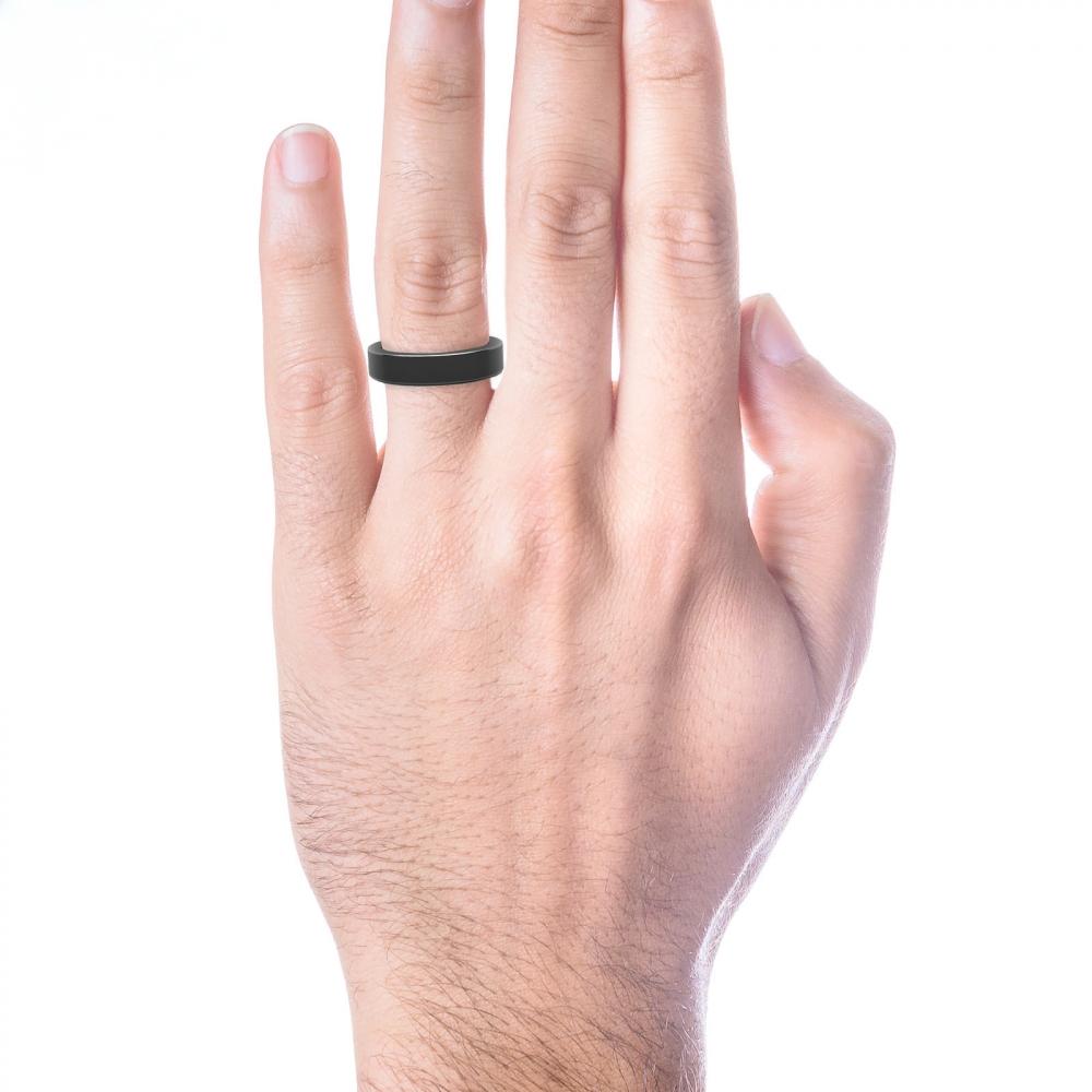 mano con alianza de boda plana de oro negro para hombre