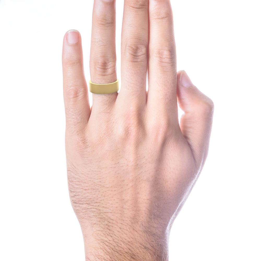 mano con alianza de boda plana de oro amarillo para hombre