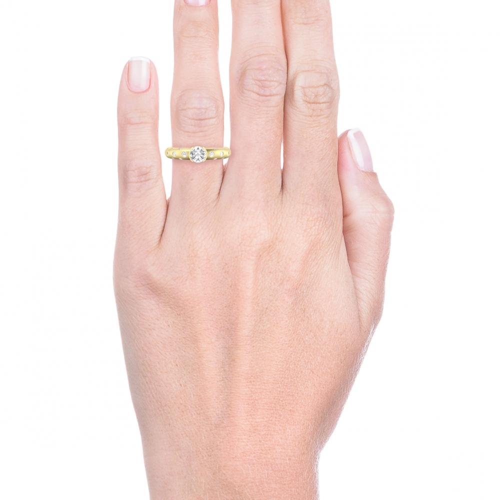 mano con Anillo de compromiso de oro amarillo y 56 diamantes