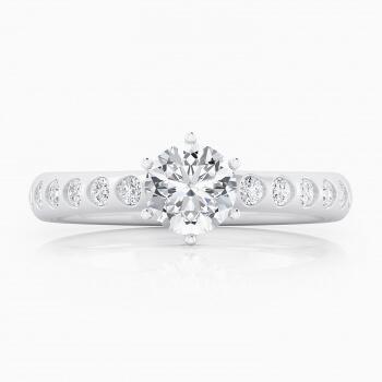 Solitari de Compromís or blanc amb 12 diamants i 1 diamant central talla brillant.