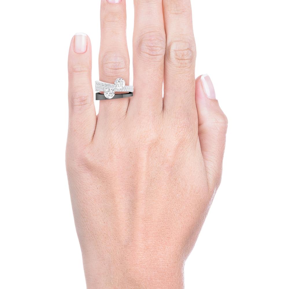 mano con Anillo de compromiso de oro blanco con diamantes