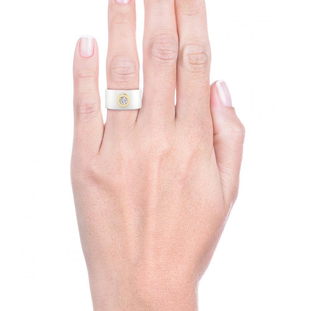 mano con anillo de diamante de oro blanco y montura de oro amarillo
