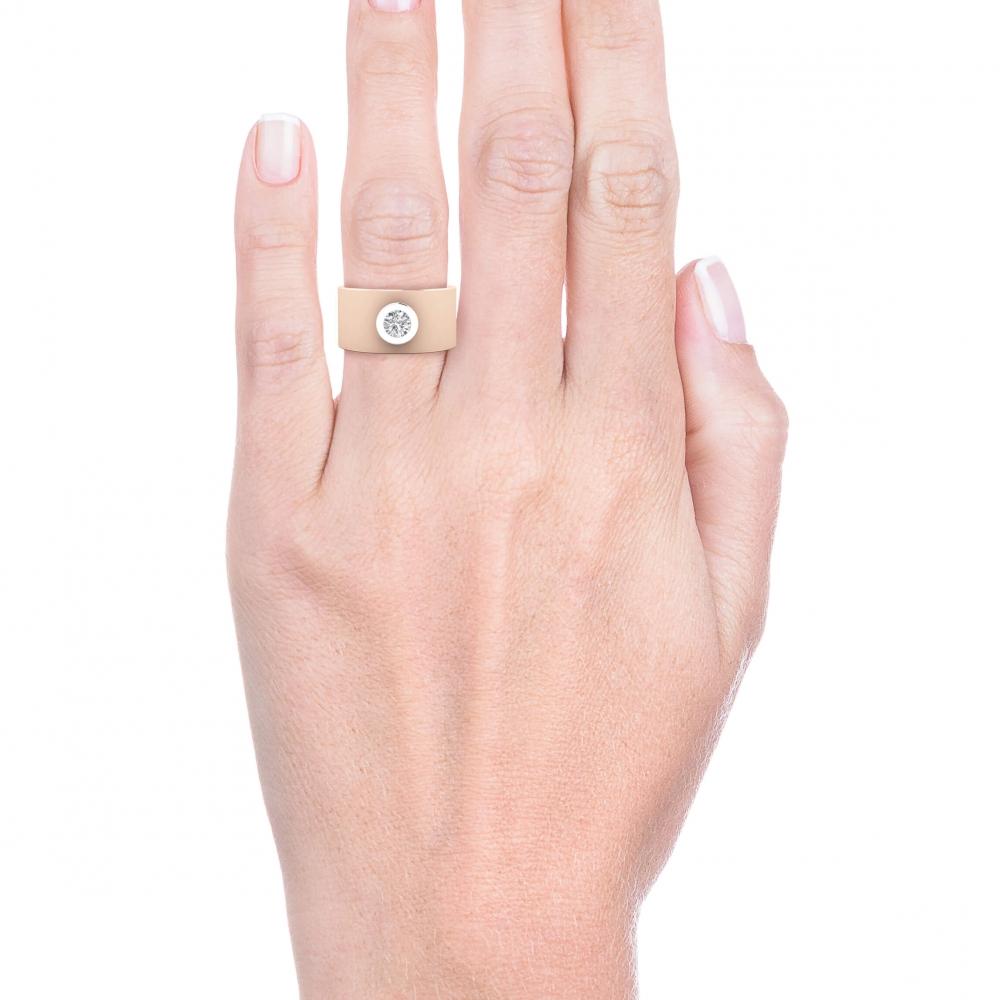 mano con Anillo de diamante oro rosa y montura de oro blanco