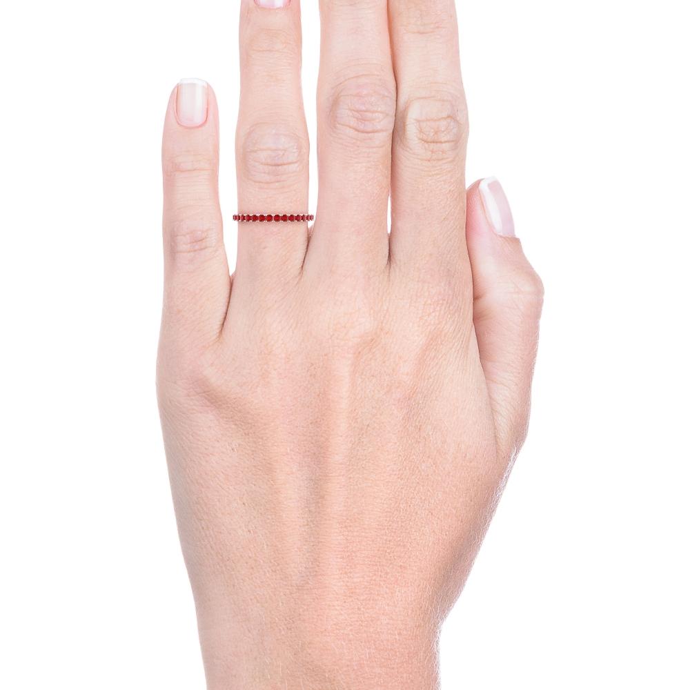 Anell de rubís realitzat en or blanc de 18kt.