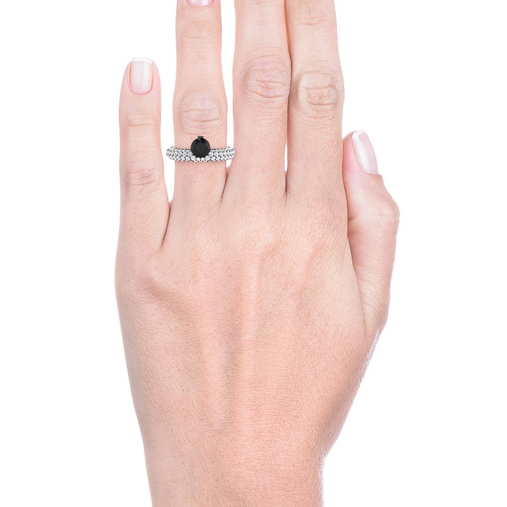 mano con Anillo de compromiso oro blanco y diamante negro