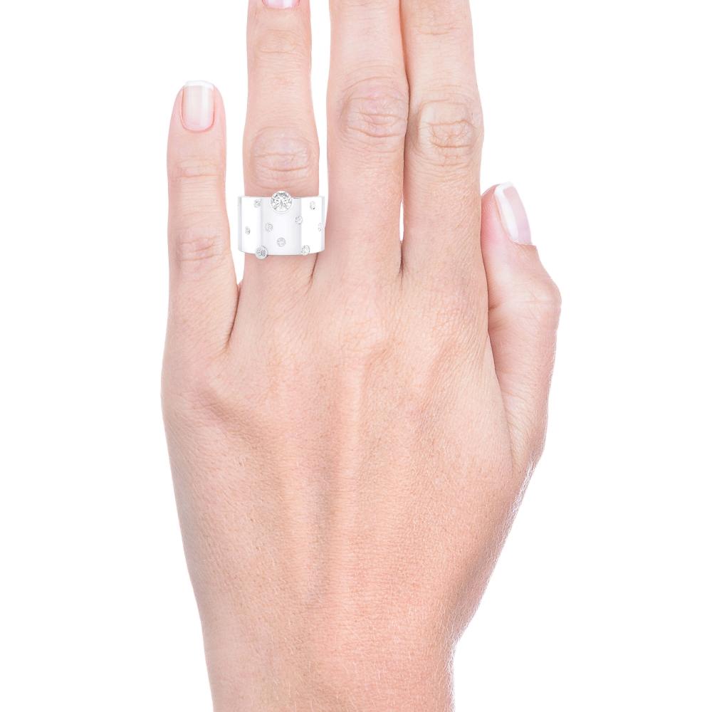 mano con anillo de diamantes y oro blanco