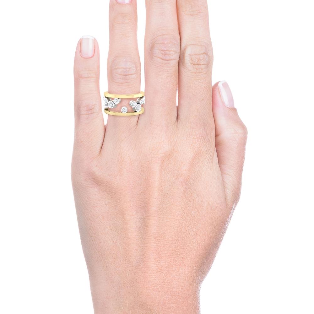 Anell realitzat en or groc i or blanc de 18q. amb 17 diamants, talla brillant.