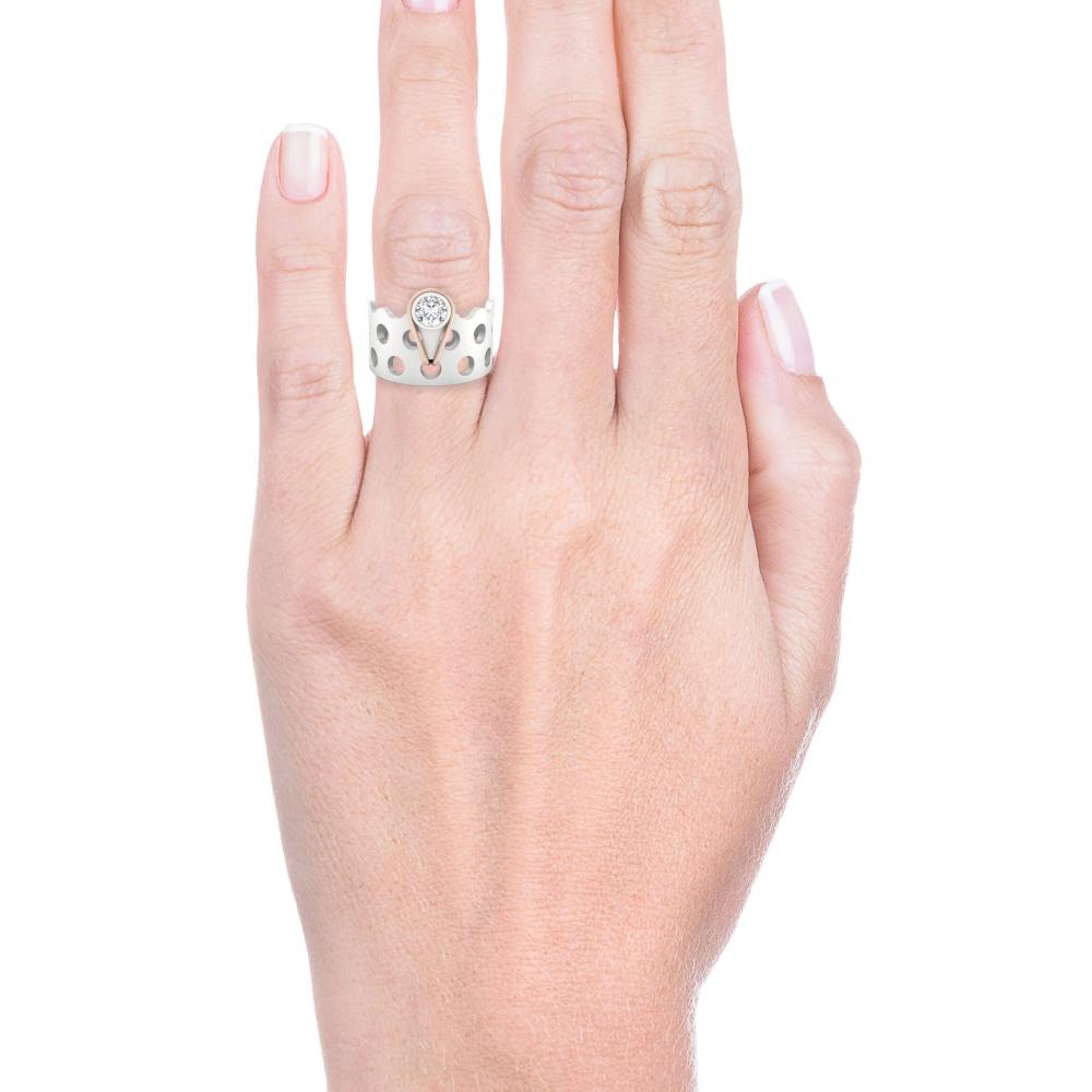 mano con anillo con un diamante en oro rojo y blanco