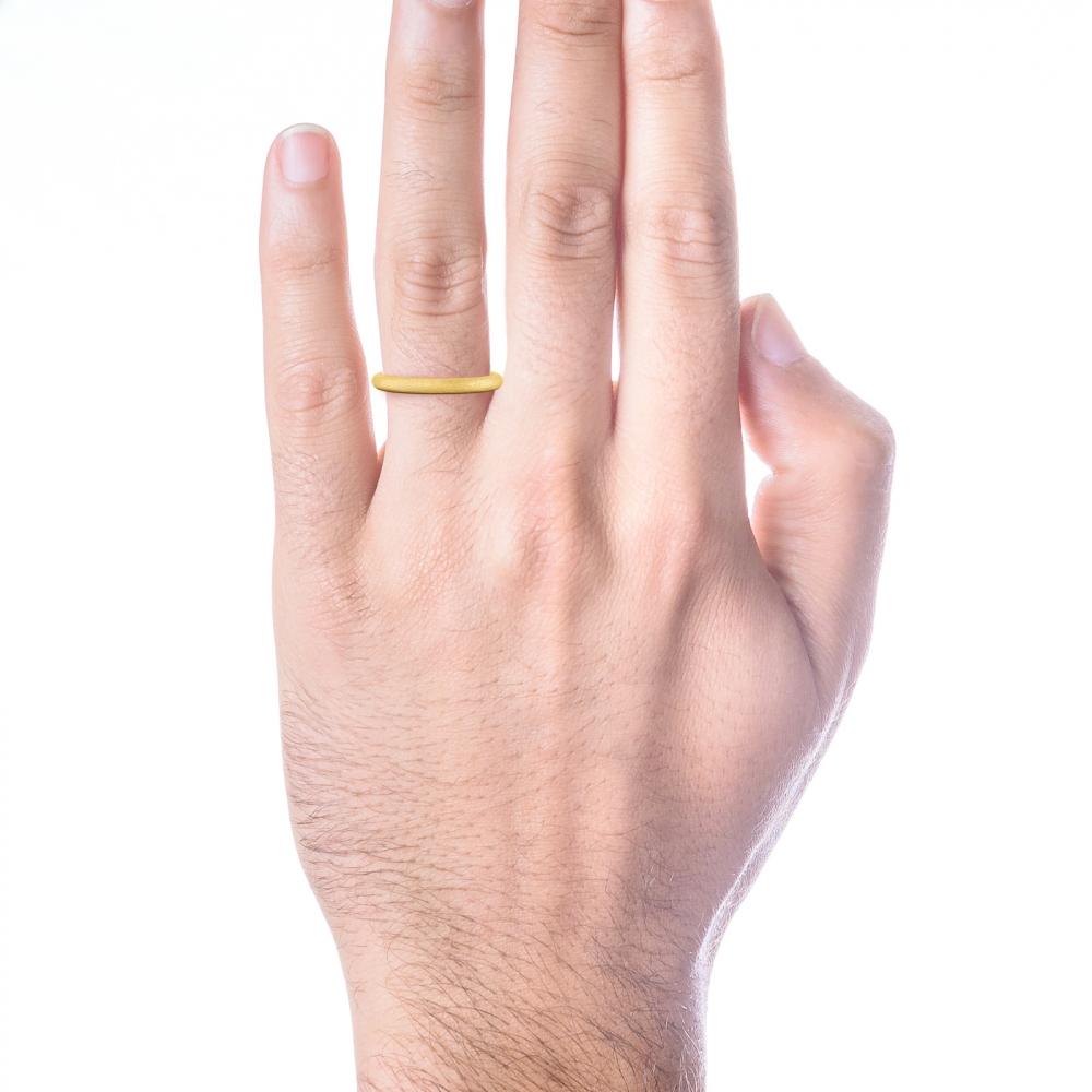 Aliança de boda arrodonida en or groc, per a ell.