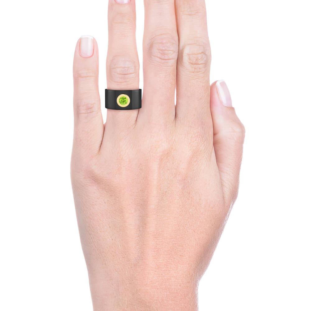 mano con Anillo de diamantes oro negro y Peridoto color verde