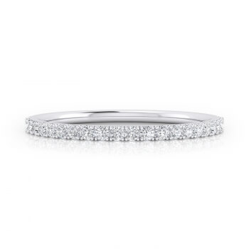 Sophisticated engagement ring made of 18K white gold