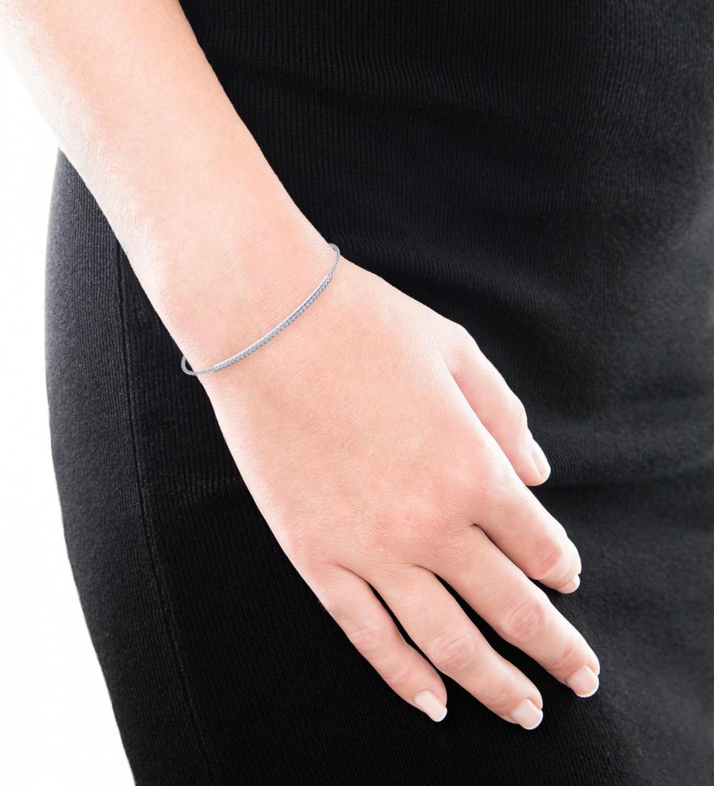 Diamond bracelet, 18k white gold with 33 diamonds.
