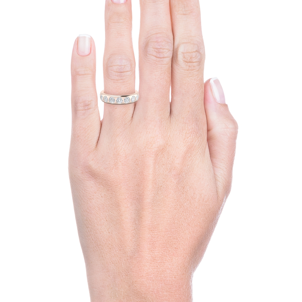 mano con alianza de boda de oro rosa con diamantes