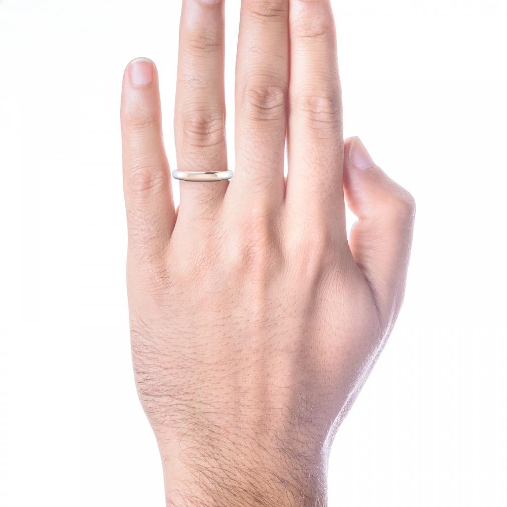 Alianza de boda, para él, estilo media caña, realizada en oro blanco y oro rosa.