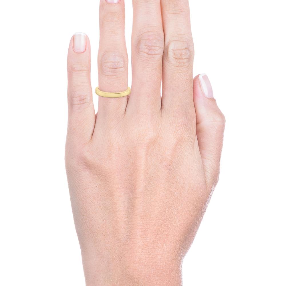 mano con alianza de boda de oro amarillo y acabado brillantes