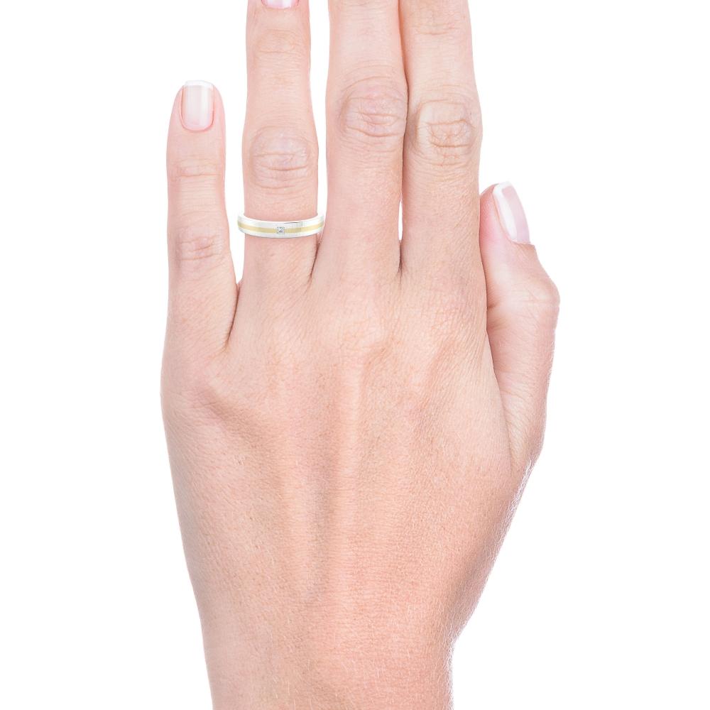 mano con alianza de compromiso de oro blanco y amarillo y diamante talla princesa