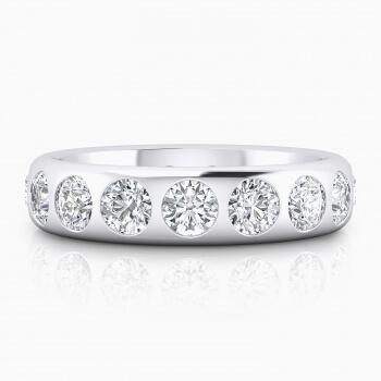 Alianza de boda de oro blanco rodeada con diamantes