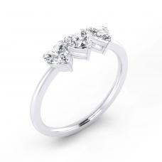 Anillo de compromiso de oro blanco con 3 diamantes talla corazón