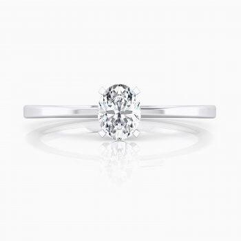 Solitario en oro blanco de 18kt, con un diamante central de talla oval.