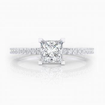 Solitario de compromiso con 32 diamantes y un diamante talla princesa