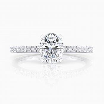 Solitario en oro blanco de 18kt, con un diamante central talla oval