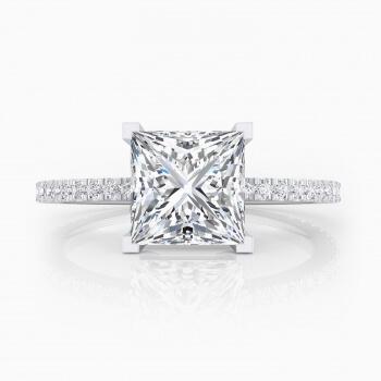 Solitario de compromiso con 42 diamantes y un diamante talla princesa