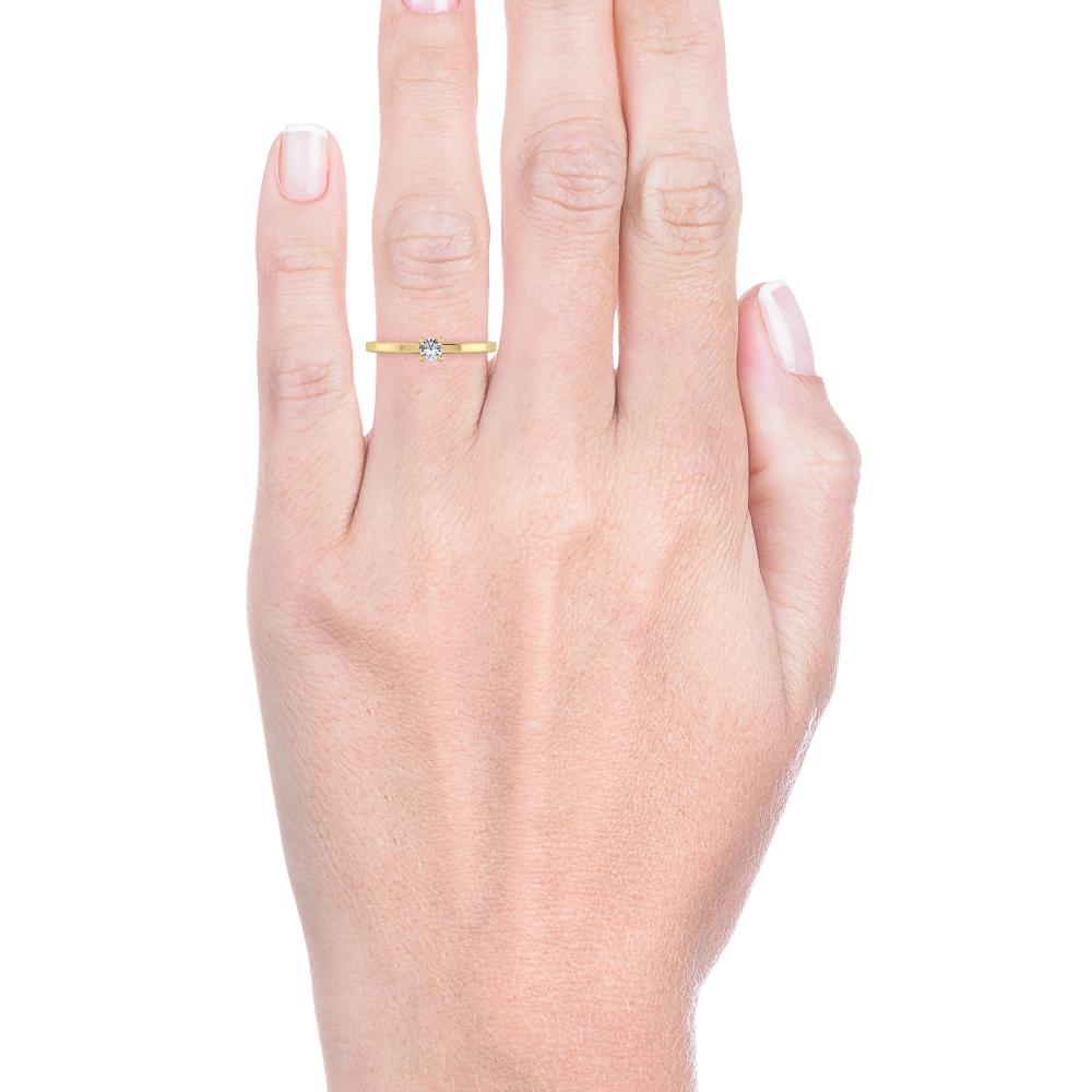 Solitario de compromiso de oro amarillo de 18kt, brazos estilizados y diamante talla brillante.