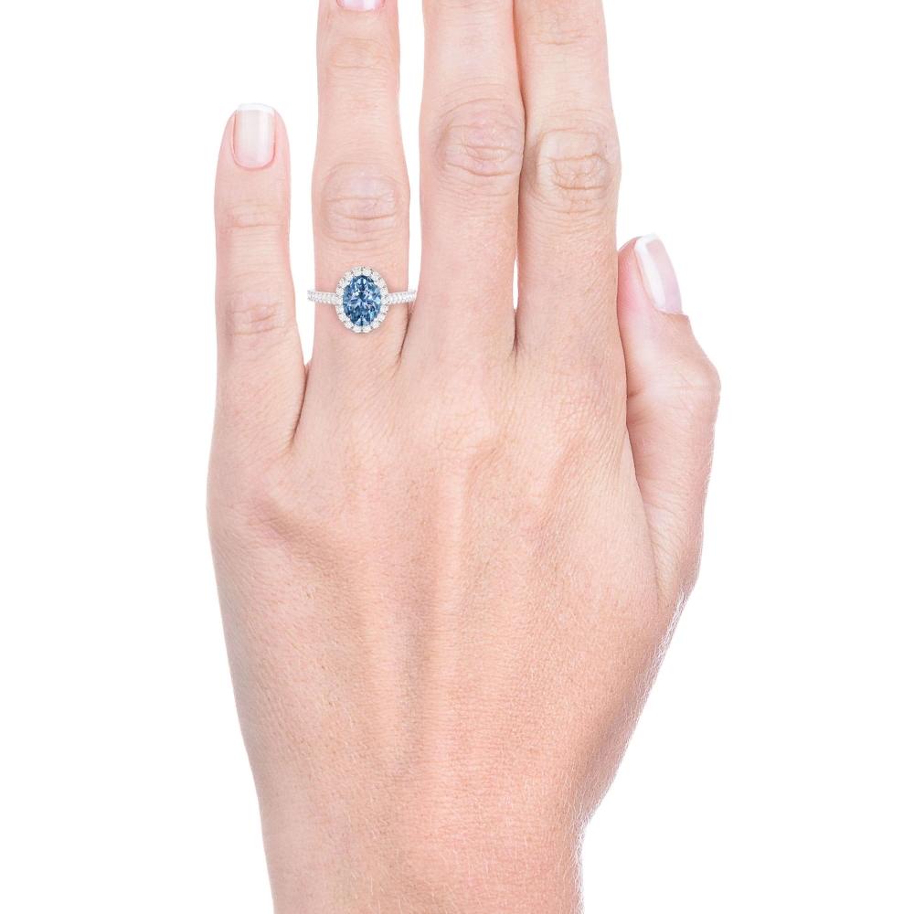 Anillo de oro blanco de 18kt con topacio azul y diamantes